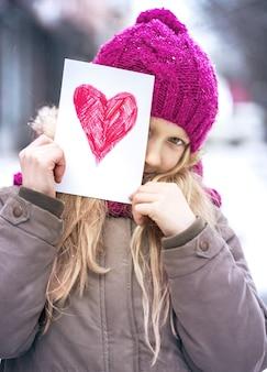 バレンタインデーに心を込めて絵を描く女の子