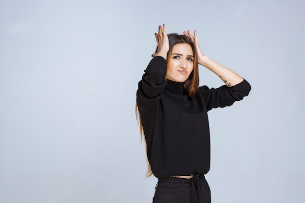 그녀는 피곤하거나 두통이 있기 때문에 그녀의 머리를 잡고 소녀. 고품질 사진 무료 사진