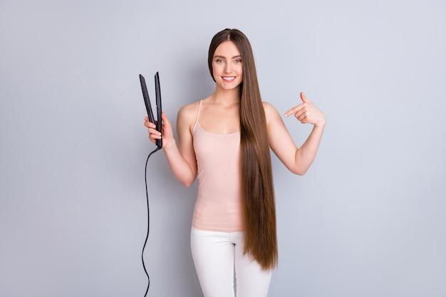 교정기 부드러운 부드러운 머리카락을 보여주는 손에 들고 소녀