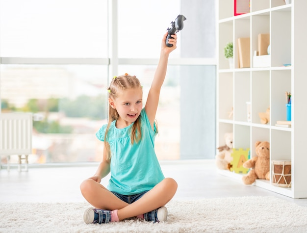 Девушка держит джойстик