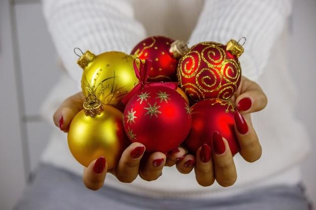 새해 장난감, 선물, 시계를 손에 들고 있는 소녀. 크리스마스 개념입니다.
