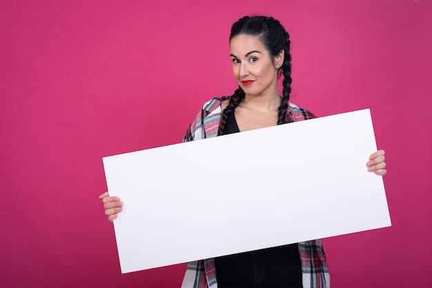 Девушка держит плакат с розовым фоном