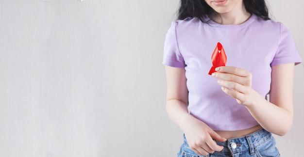 빨간 리본 기호 암 들고 소녀