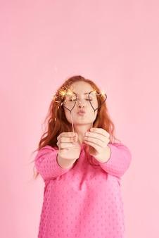 線香花火を持ってスタジオショットでキスを送る女の子