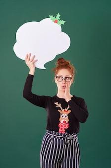 Девушка держит речи пузырь