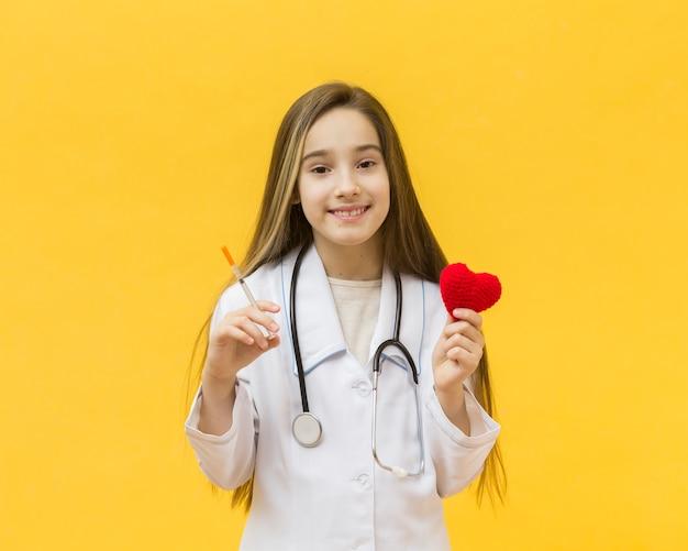注射器と心を持って女の子
