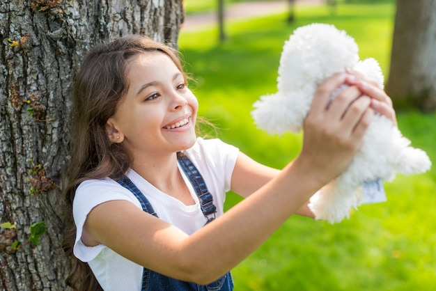 Девочка держит мягкую игрушку