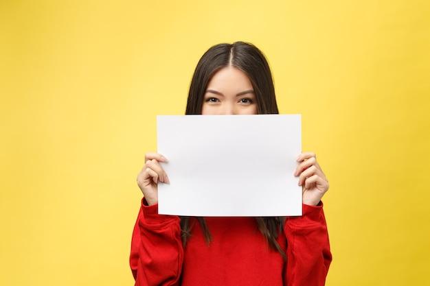 女の子は白いシートを手に持っており、サラリーマンは白紙を見せています。