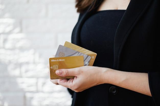 소녀는 은행 카드, 플라스틱 카드, 신용 카드, 온라인 구매, 돈과 은행, 신용 통화, 운영을 보유하고 있습니다.