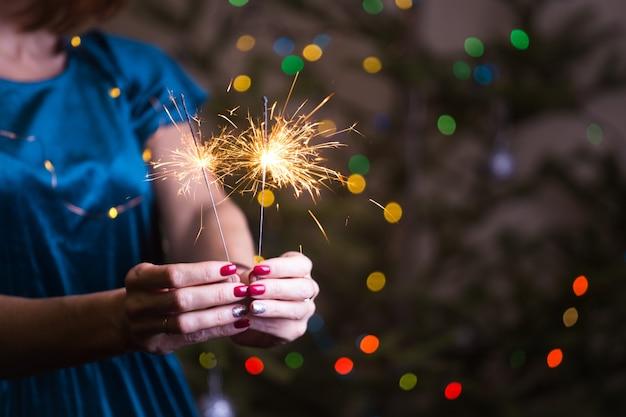 소녀는 벵골 조명을 들고 행복한 크리스마스와 즐거운 휴일을 보낸다