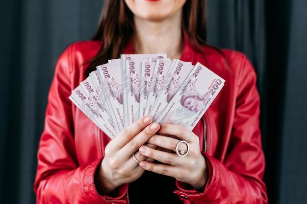 女の子はカップホルダー、お金を保持しています