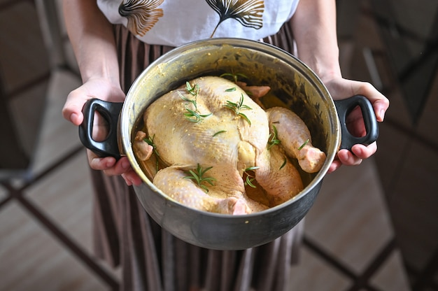 Девушка держит индейку в сковороде