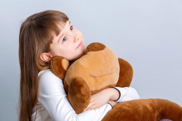 クマを抱き締める女の子
