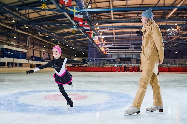トレーニング中のアイススケートの少女