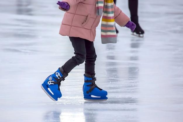 아이스 링크에서 소녀 아이스 스케이팅 취미 및 스포츠