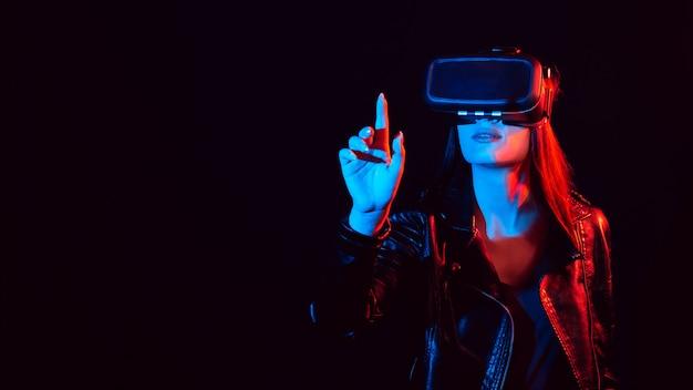 Девушка в очках виртуальной реальности 3d касается пальца проекционного экрана
