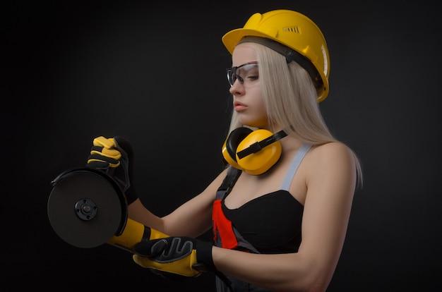 건설 회사의 소녀는 줄자로 일한다