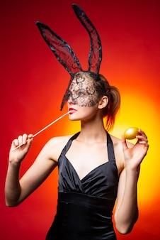 Девушка в костюме пасхальный кролик с ушками и яйцами. счастливой пасхи и забавного пасхального дня. костюм заячьих ушей.