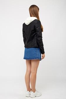 데님 치마와 검은 재킷을 입은 소녀