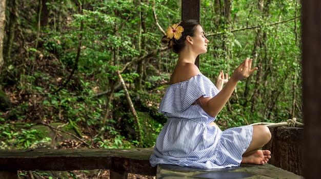 ドレスを着た女の子が瞑想します