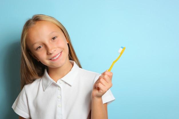 Девушка в хорошем настроении чистит зубы