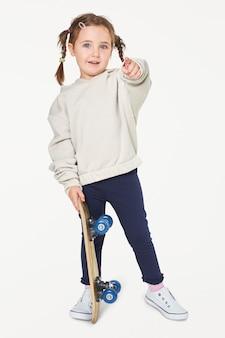 Девушка в толстовке с капюшоном и скейтборд