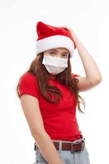 Девушка в медицинской маске красной футболке праздник нового года. фото высокого качества