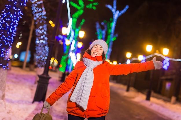 夜の街の女の子スノーフレーククリスマス街はクリスマスと冬の休日のコンセプトを照らします
