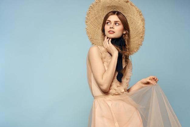 Девушка в розовом платье на синем фоне жесты руками романтика модель веселье эмоции