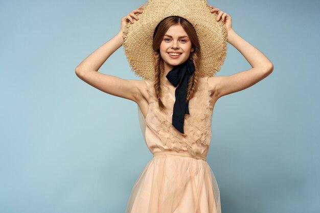 彼女の手で青いジェスチャーでピンクのドレスを着た女の子ロマンスモデル楽しい感情