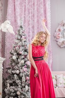 핑크에서 크리스마스 배경에 핑크 드레스 소녀.