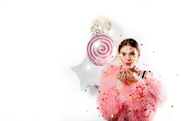 Девушка в розовой шубе и купальник на вечеринке