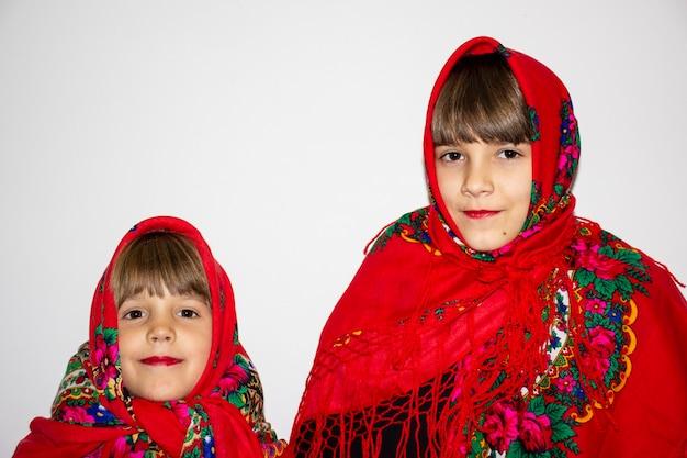 Девушка в красном шарфе на белом фоне. украинец.