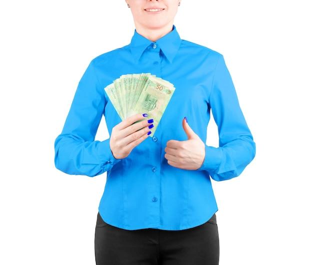 Девушка в красной рубашке держит деньги в руках на белом фоне
