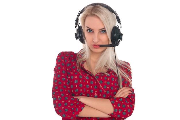 ヘッドフォンで赤いシャツを着た女の子