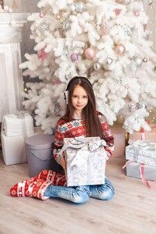 크리스마스 훈장을 가진 방에있는 여자
