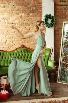 Девушка в комнате с елочными украшениями
