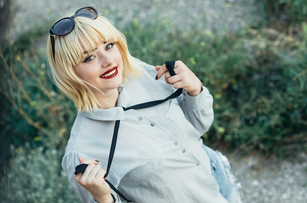 シャツを着た女の子と自然とのネクタイ、ポーズ、大胆で大胆