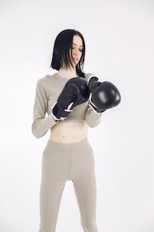 スポーツユニフォームの女の子。白い背景の女性。ショートヘアのスポーツウーマン。