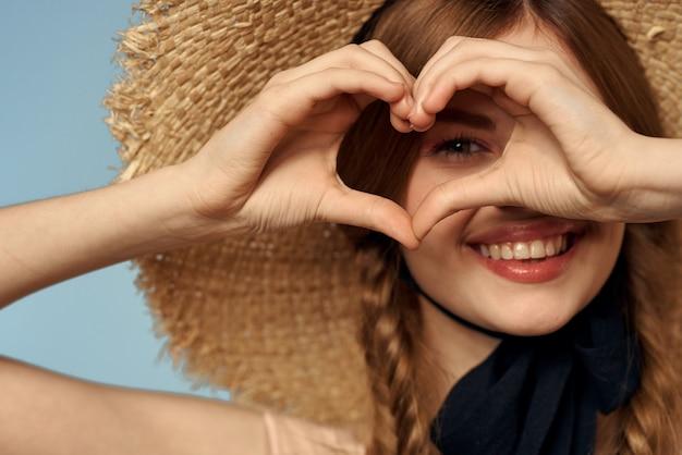 Девушка в соломенной шляпе портрет крупным планом косички веселье рыжие волосы