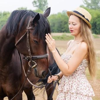 Девушка в соломенной шляпе с лошадью
