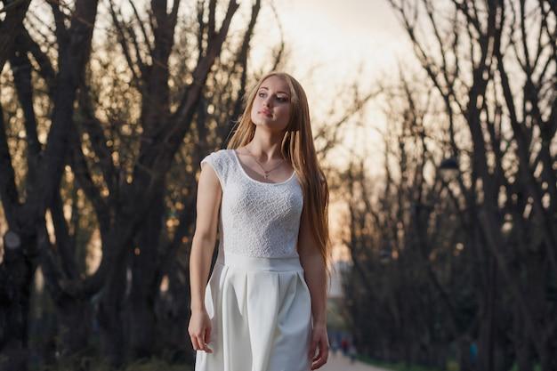 妖精の森の白いドレスの少女。ミステリーナイト