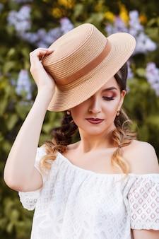 흰색 sundress에 소녀와 여름에 밀 짚 모자. 큰 초상화. 여름 메이크업. 흐림