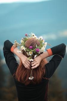 山の野花の花輪の少女。