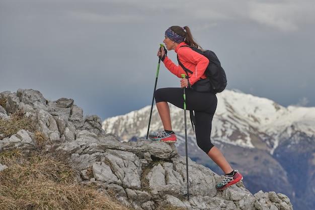 山の石の上で上り坂でアクションの女の子