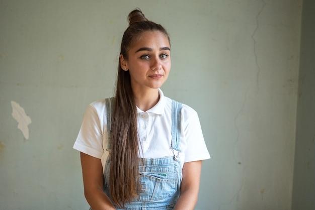 Девушка в заброшенном доме с длинными волосами. фото высокого качества