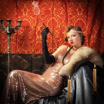 タバコスタジオレトロスタイルの写真とイブニングドレスの女の子