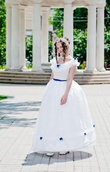 ロタンダの背景にクリノリンと古代のドレスの女の子