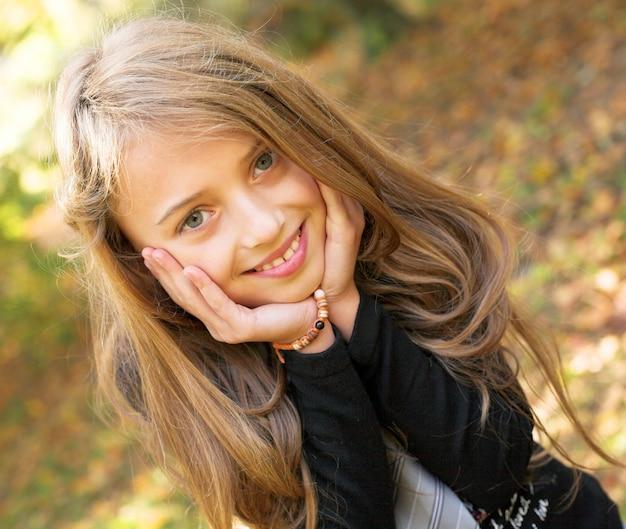 秋の公園で少女