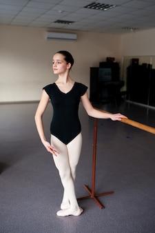 振り付けでバレエの位置にいる女の子